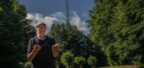Theo Nooijen strijdt tegen straling met speciale sticker voor tablet of mobiel