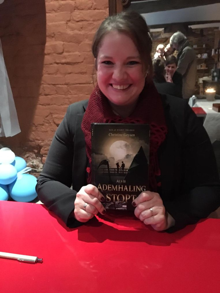 Schrijfster Christine Geysen tijdens haar boekvoorstelling in Gingelom.