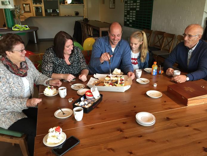 Nico van Deursen snijdt de taart aan samen met zijn dochter Sanne, echtgenote Patry, vader Peter en moeder Riekie.