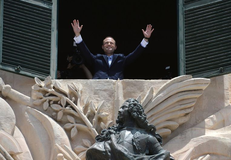 Joseph Muscat gestures towards his supporters after his swearing in ceremony as Prime Minister of Malta. Beeld epa