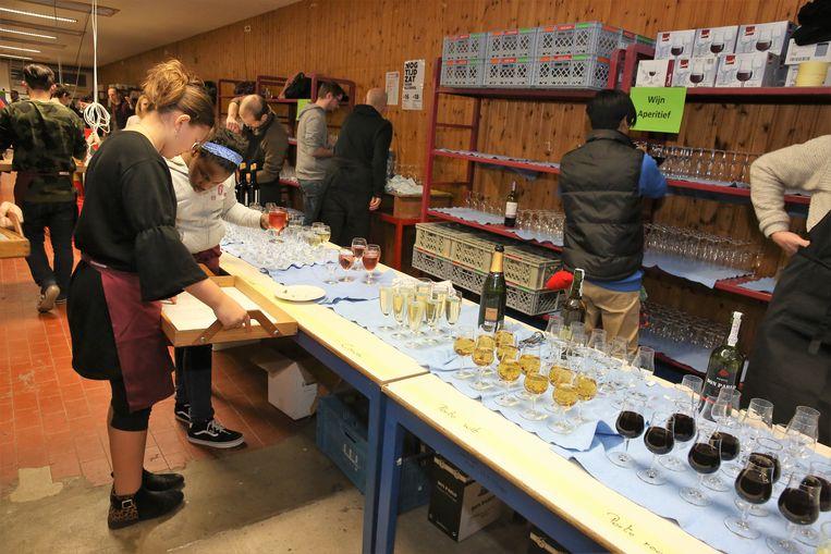 Aan de bar worden drankjes al even uitgeschonken zodat bezoekers snel bediend worden.