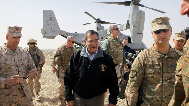 De Amerikaanse minister van Defensie bij aankomst in Afghanistan. Beeld null