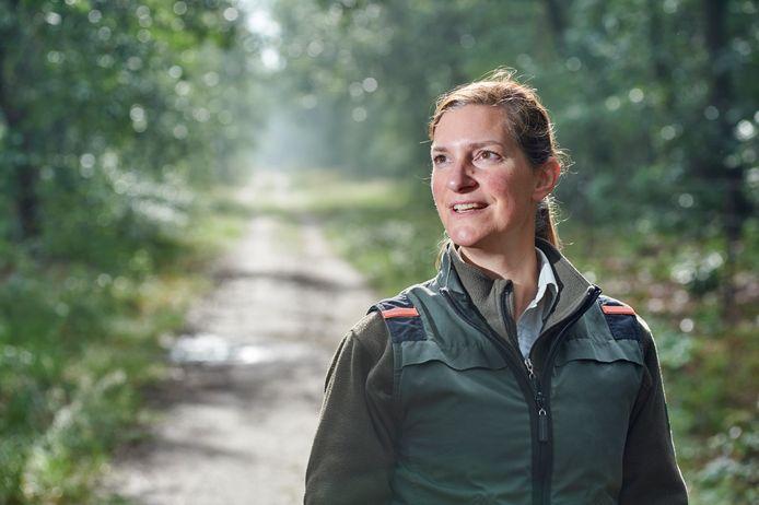Boswacher Mirjam Wouters op een bospad in de Maashorst waar veel gefietst wordt , vooral nu in coronatijd.