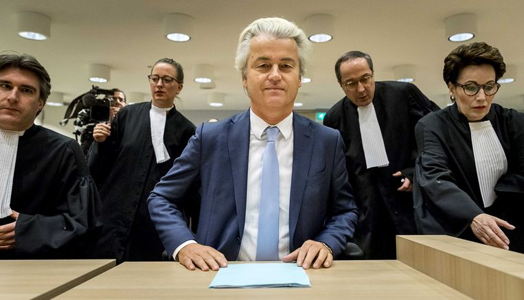 Geert Wilders en zijn advocaat Geert-Jan Knoops (tweede van rechts).