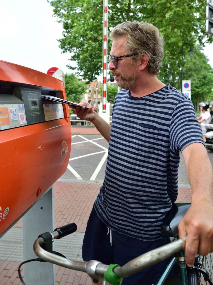 Eén van de brievenbussen in Gouda die verdwijnt. PostNL wil het aantal brievenbussen verminderen van 19.000 naar circa 11.000.