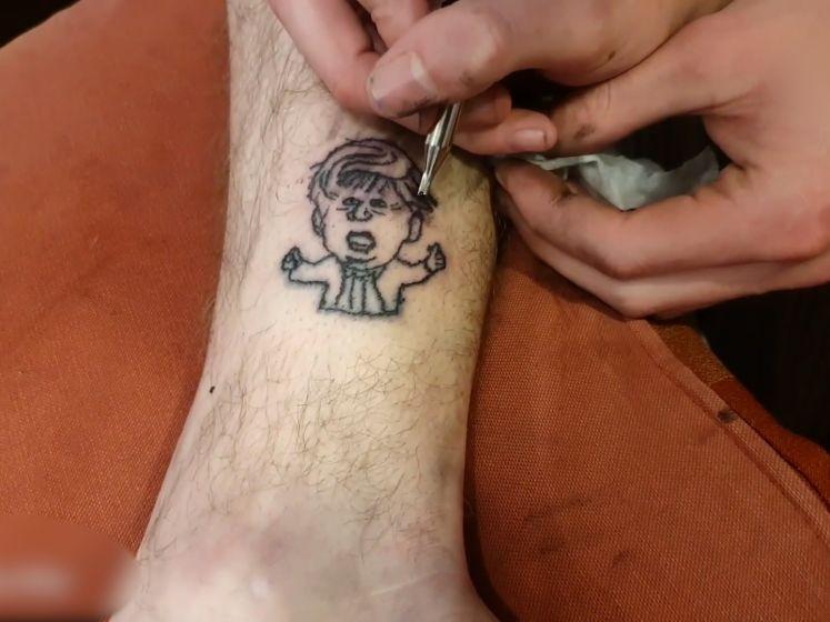 Jongeman zet tattoo Boris Johnson op enkel
