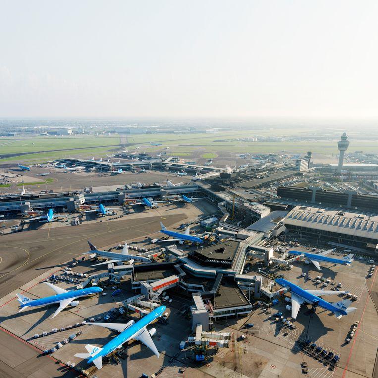 Vliegtuigen op Schiphol aan de F-pier, E-pier en D-pier; rechts verkeerstoren en terminal west. Beeld HH / Marco van Middelkoop