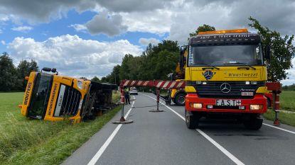 Betonmixer kantelt: Nieuwmoersesteenweg urenlang afgesloten