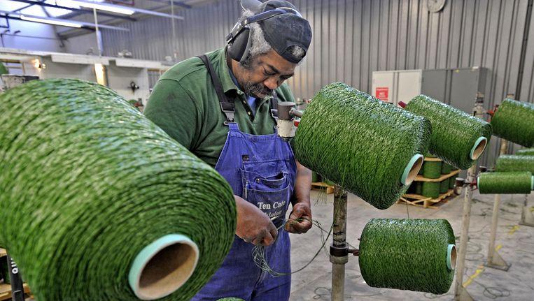Een werknemer in de fabriek van Ten Cate. Beeld null