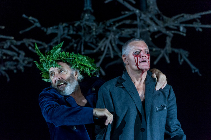 Huub Stapel maakt in zijn rol als King Lear een ongekende neergang door.
