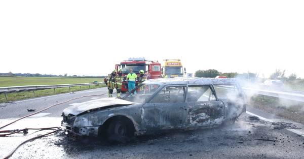 Auto brandt uit bij botsing op A15; file richting Nijmegen.
