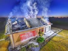 Krantenkoerier ontdekt brandend huis van vakantiegangers in Bergeijk; politie onderzoekt brandstichting