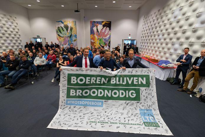 Boeren kwamen maandag massaal protesteren in het provinciehuis in Lelystad. Daar nam gedeputeerde Harold Hofstra (links) onder andere een doek vol steunbetuigingen aan de boer in ontvangst. Maar hij trok het strengere stikstofbesluit niet in.