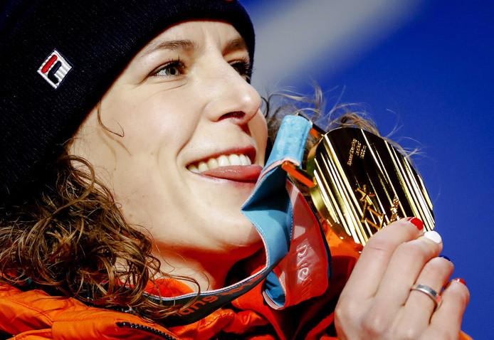 Ireen Wust krijgt op Medal Plaza de gouden medaille voor haar race op de 1500 meter tijdens de Olympische Winterspelen van Pyeongchang.