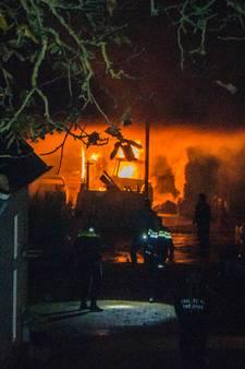 Brand in schuur vol hooi in Bemmel laait weer op