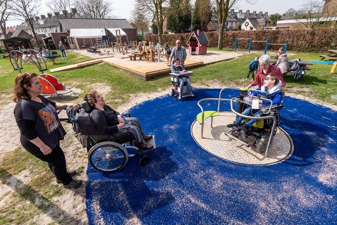 Speeltuin De Wiebert nam eerder al een rolstoeldraaimolen in gebruik. Nu is de speeltuin helemaal toegankelijk voor kinderen in een rolstoel.