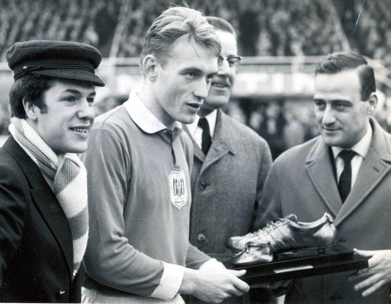 Paul Van Himst, met links van hem Adamo en rechts Jan Pulinx, toenmalig chef voetbal van Het Laatste Nieuws.