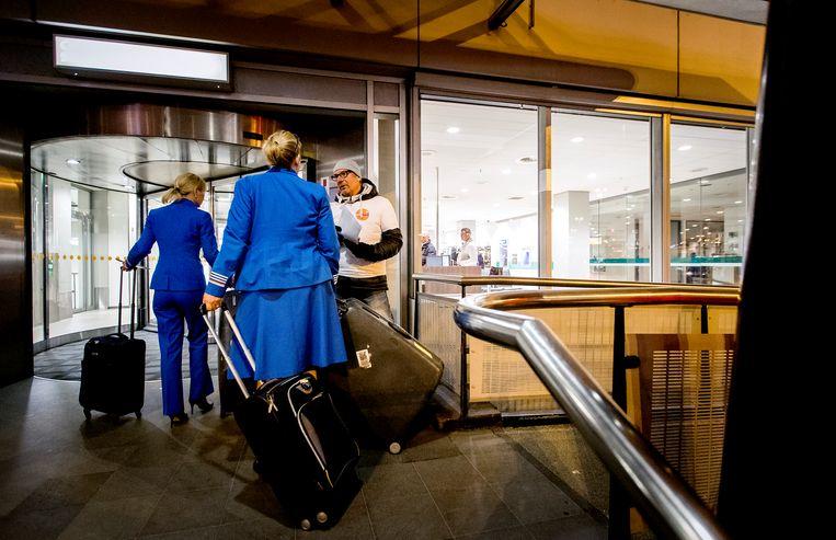 Personeel van KLM bij de ingang van het bemanningscentrum.  Beeld ANP