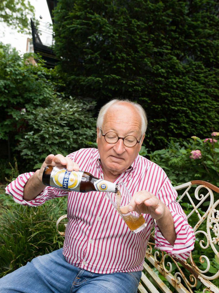 4 juni 2018. Youp van 't Hek drinkt een alcoholarm Buckler biertje uit 1991. Beeld null