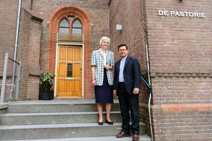 Vicevoorzitter Irene Vriens en voorzitter Tuan bij het parochiehuis in Hoogland, waar het secretariaat van de katholieke kerk in Amersfoort is gevestigd.