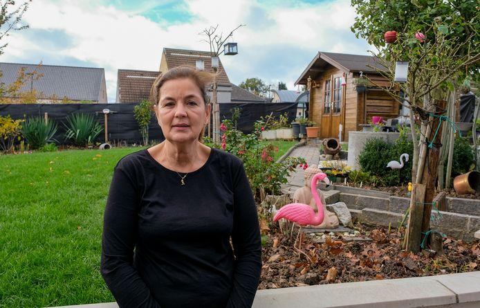 Mia Abbeloos in de tuin die ze samen met haar zoon en enkele vrienden heraanlegde nadat een malafide tuinaannemer alles omgewoeld had en met de noorderzon verdween.
