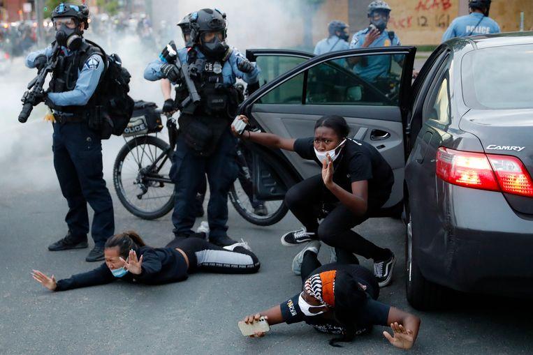 De politie houdt automobilisten aan tijdens een demonstratie in Minneapolis. Beeld AP