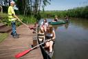 Vrijwilliger Henk van Breugel houdt de kano ' op afstand' in evenwicht voor Neeltje van Dongen (achter in de boot) en Myrthe Kouwenberg.