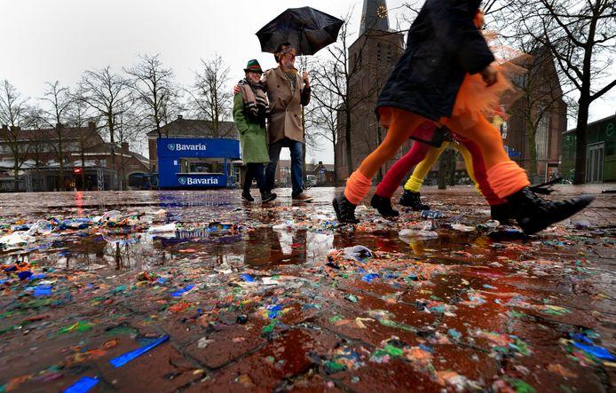 Deurne 2887 Optocht Deurne afgelast, carnavalvierders trotseren desondanks regen en wind