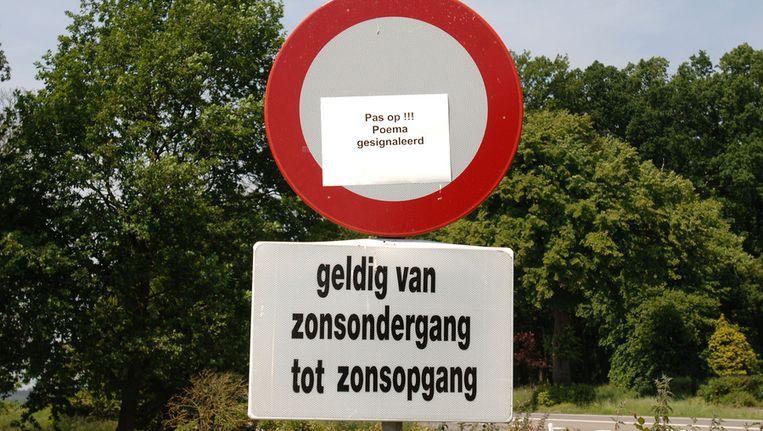 Waarschuwing op de Veluwe in 2005, waar een poema los rond zou lopen. Beeld Marcel van den Bergh / de Volkskrant