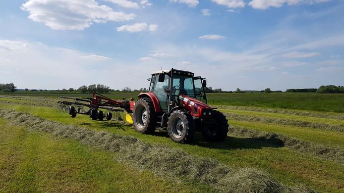 Een melkveehouder appte die tekst en deze foto van zijn weiland en zijn tractor. Een geintje, maar wel met serieuze ondertoon.