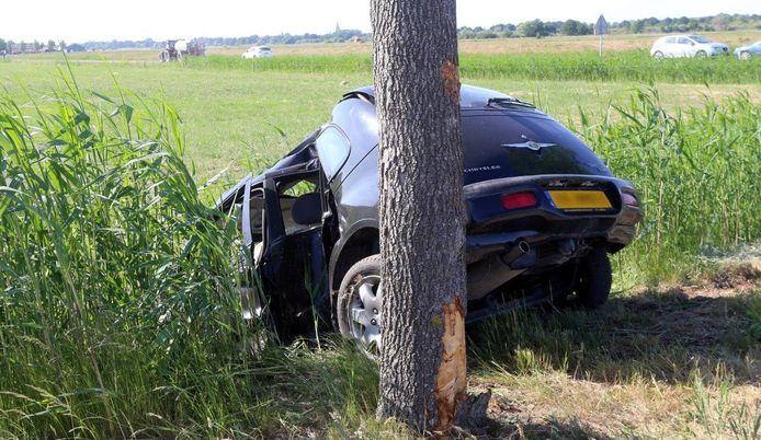 De auto na het ongeluk in Cromvoirt.