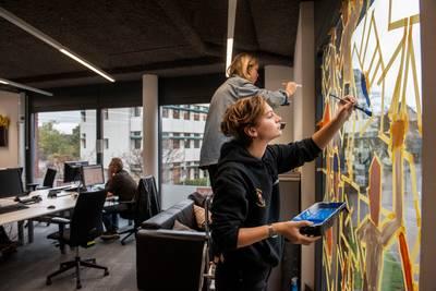 Raamschildering op kantoor BN DeStem als verwijzing naar 'De 148 van Breda'