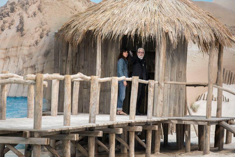 Karl Lagerfeld en zijn rechterhand Virginie Viard keken toe vanop een houten stijger.