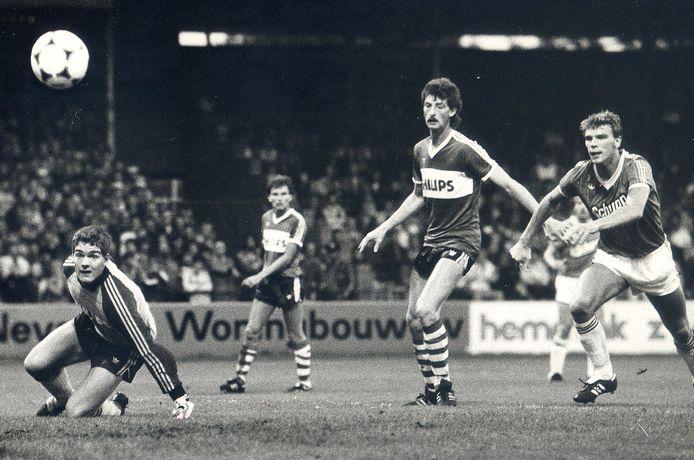 Hans Segers in actie als keeper van PSV. Hij moet hier buigen voor een inzet van Rini van Roon (PEC Zwolle). Ernie Brandts kan weinig meer doen en Michel Valke kijkt op de achtergrond toe.