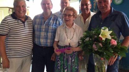 Lucienne Dewinter in de bloemetjes gezet