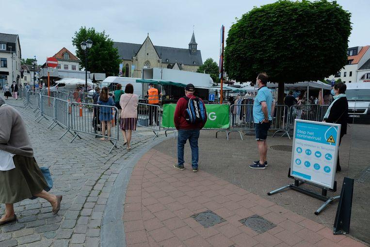 Wachten aan de ingang van de markt in Tervuren.