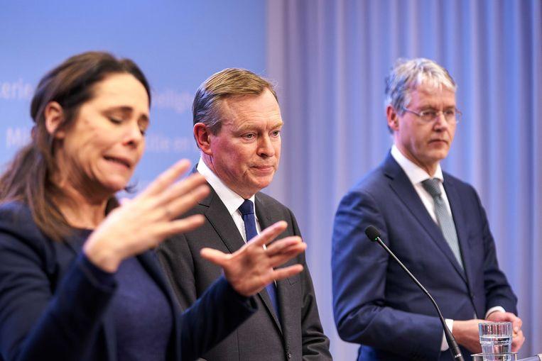 Tolk gebarentaal Irma Sluis bij de persconferentie van de Nederlandse minister van Medische Zorg Bruno Bruins (VDD).
