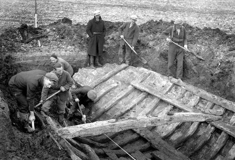 In het drooggelegde land van de Noordoostpolder wordt in 1944 een vijfhonderd jaar oud schip uitgegraven. Beeld Hollandse Hoogte / ANP