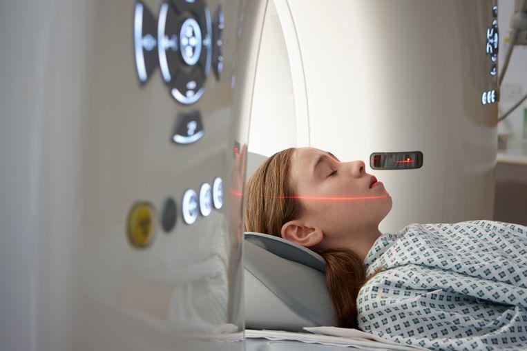 Een meisje krijgt een CT-scan. Beeld null
