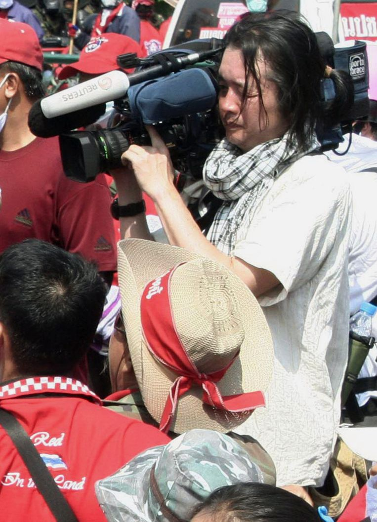 Muramoto bleef gewoon verder filmen terwijl er bommen vlak bij hem ontploften.