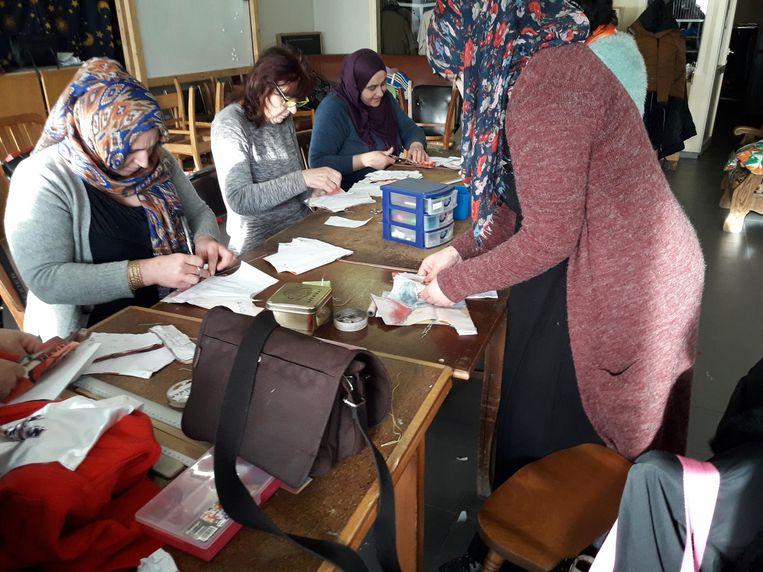 Enkele van de vrouwen die morgen hun attest behalen van de officiële basismodule naaien van het Centrum voor Volwassenenonderwijs.