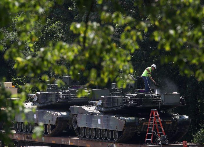 Twee M1A1 Abrams-tanks worden schoongespoten alvorens  ze per trein naar Washington DC worden vervoerd.  Trump wil en krijgt zijn militair defilé, naar Frans model.
