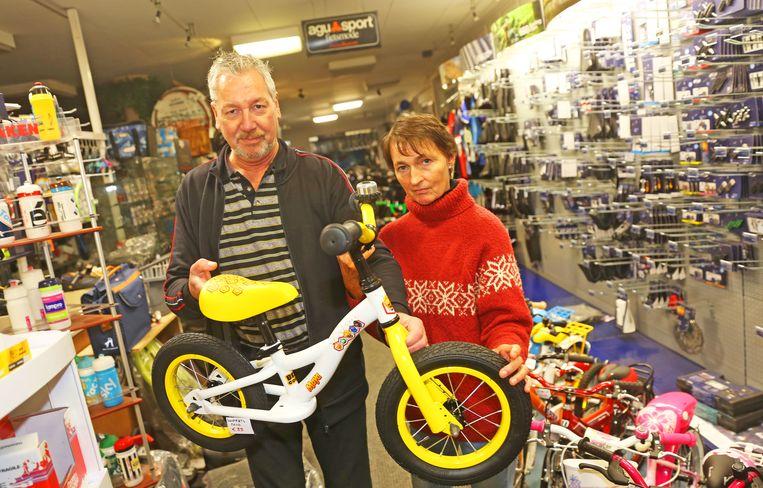 Guy Stevens en zijn echtgenote Rita Vercauteren met het fietsje dat de dieven voor ogen hadden.