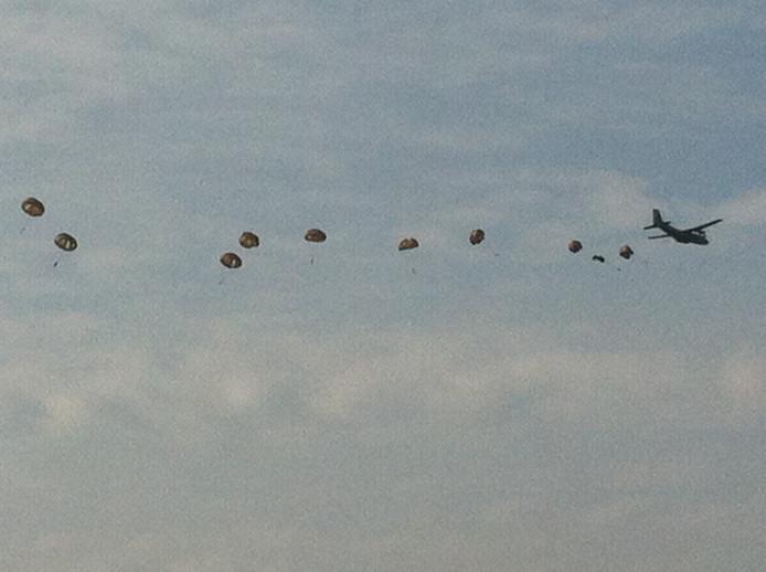 Parachutisten boven de Ginkelse Heide in Ede. Foto: DG