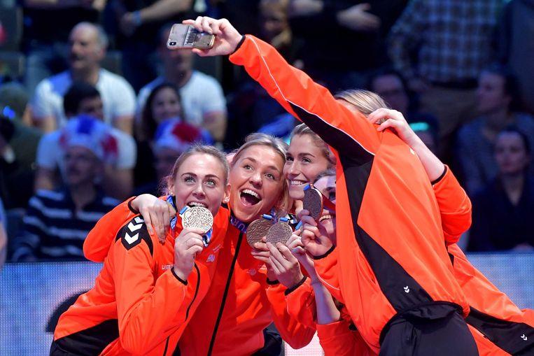 Maura Visser, Charris Rozemalen en Estavana Polman (vlnr) maken een selfie met hun bronzen medaille. Beeld ANP