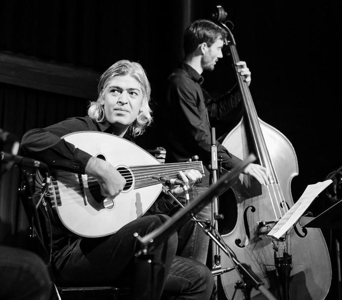 Mehmet Polat wordt gezien als vernieuwer van de ud. Hij voegde twee bas-snaren aan het oosterse instrument toe.