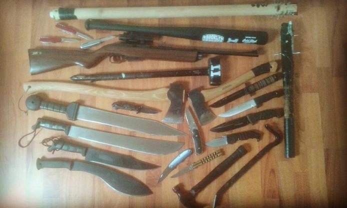 De buks en slag- en steekwapens die Thomas op Instagram plaatste.
