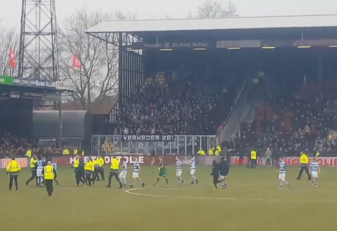 Supporters GA Eagles belagen spelers van de Graafschap in de Adelaarshorst na afloop van de wedstrijd die met 0-4 werd verloren.