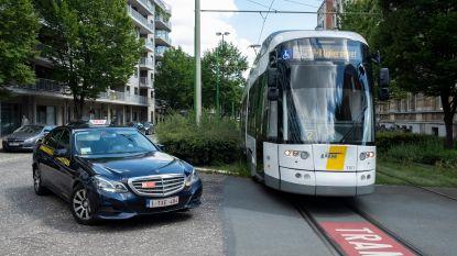 """Zoveelste botsing tussen tram en auto op Grotesteenweg: """"Je ziet niets door al die struiken"""""""