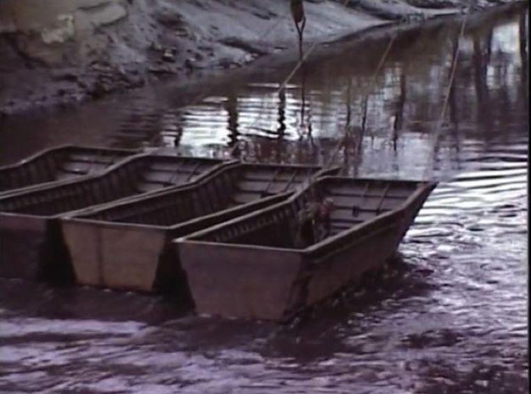 Uit de reportage van Willy Verworst over de laatste dijkbreuk en het daaropvolgende Sigmaplan. De uiteindelijke redding: aaneengeknoopte boten.